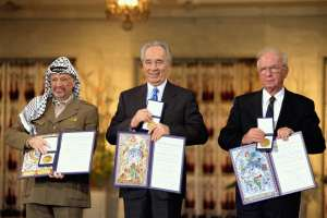 "THE NOBEL PEACE PRIZE LAUREATES FOR 1994 IN OSLO. (FROM RIGHT TO LEFT): PRIME MINISTER YITZHAK RABIN, FOREIGN MINISTER SHIMON PERES AND PLO CHAIRMAN YASSER ARAFAT שלושת חתני פרס נובל לשלום לשנת 1994 באוסלו שבנורבגיה. (מימין לשמאל): ראש הממשלה יצחק רבין, שר החוץ שמעון פרס ויו""ר אש""ף יאסר עראפת."