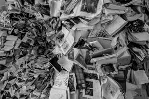 Fogli di giornale rinvenuti in casa dell'artista