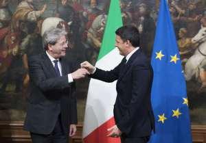 Renzi e Gentiloni con in volto il disappunto per il decreto appena approvato