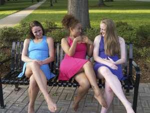 La donna invisibile, in un momento di relax al parco con tre amiche