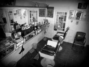 """L'interno della bottega """"Da Chung a Mergellina"""" dove lavorava lo sciagurato barbiere"""
