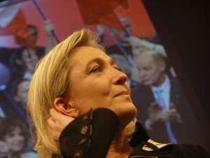 La Le Pen sorpresa mentre pensa alle mazzate dietro le recchie che la aspettano al ballottaggio
