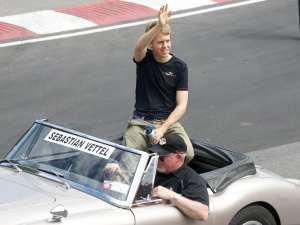 Vettel saluta il suo pubblico e gli dedica una seduta di autoerotismo
