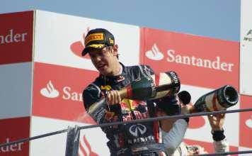 Vettel svuota sul pubblico il catetere da gara al termine del GP di Malesia 2015