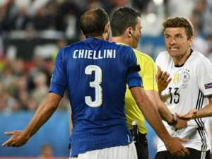 """Chielliini spiega a Thomas Muller del Bayern che non è colpa sua, mentre Kassai gli dice: """"Tranquillo, è colpa mia"""""""
