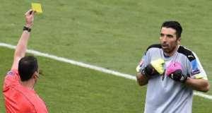 Un arbitro ammonisce Buffon. Il suo corpo non è mai stato ritrovato