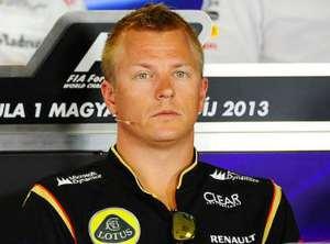 Kimi Raikkonen lascia il paddock Ferrari, visibilmente alterato