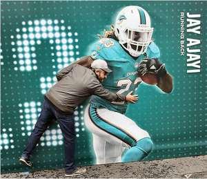 Ancora il nostro inviato, mentre cerca di fermare in corsa Jay Ajayi dei Miami Dolphins. I parenti sono stati avvertiti
