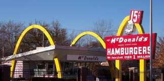Uno store McDonald's con i suoi caratteristici archi gialli in colesterolo sinterizzato