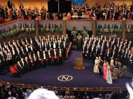 La commissione del Nobel, visibilmente ubriaca. Sulla destra, le sette vergini che spettano allo scienziato per la vittoria