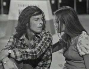Un giovane Baglioni cerca di dire con delicatezza a un altrettanto giovane Morandi che con quei capelli fa cagare