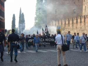 I membri della delegazione di Verona di Forza Nuova accendono, tutti insieme, il calumet della pace