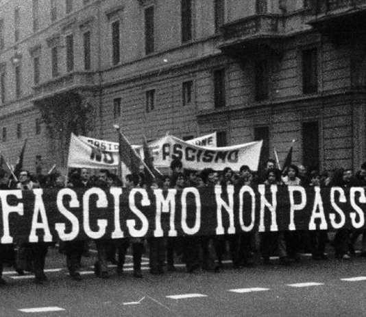 """Primo dopoguerra, uno striscione tristemente profetico, qui solo parzialmente visibile, recita """"Il fascismo non passerà mai di moda"""""""