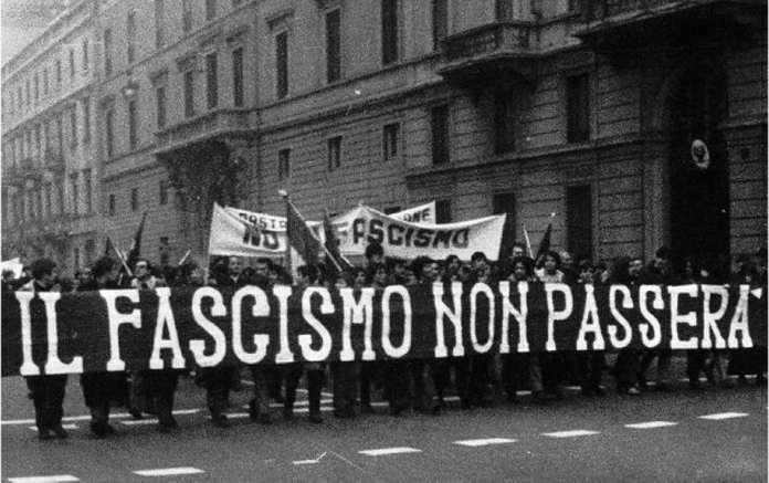 Primo dopoguerra, uno striscione tristemente profetico, qui solo parzialmente visibile, recita