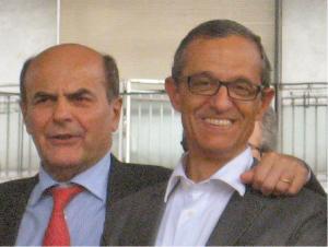 Un soddisfatto Pierluigi Bersani, con il suo presidente di seggio, dopo averlo convinto a desistere dai propositi suicidi