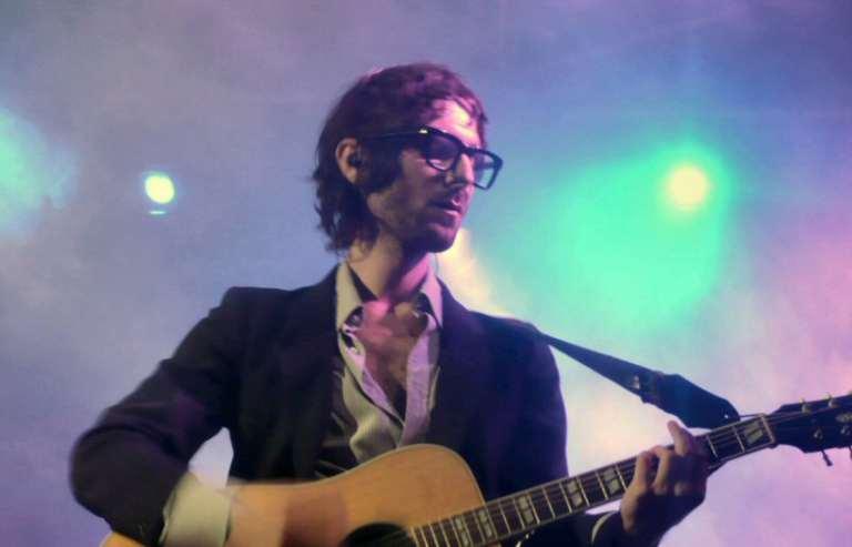 Francesco Bianconi sorride alla fine di un pezzo: stop al concerto dei Baustelle, cancellato il tour