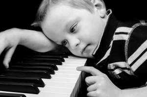 Un bimbo e il suo pianoforte