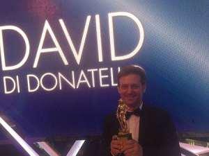 Il David d Donatello consegnato a un tizio a casaccio, tanto chi vuoi che se ne acccorga