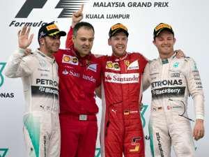 Sebastian Vettel cerca di salutare il box Mercedes, ma sbaglia dito