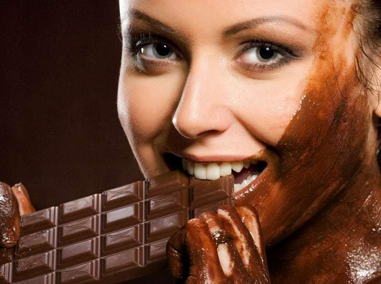 """Modella vegana si ricopre di cioccolata e scrive """"Mangiate me"""": aggredita da uno stormo di colombe"""