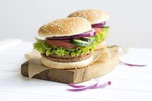 Due panini vegani, aggrediti da due hamburger durante le proteste