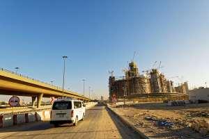 Primo test di guida per una donna Araba. L'intero quartiere evacuato in via precauzionale